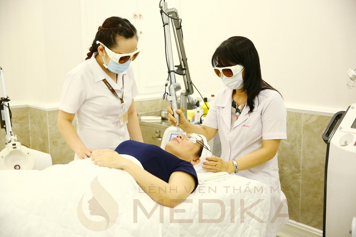 Điều trị sẹo rỗ bằng công nghệ Laser Fractional được thực hiện theo quy trình đạt chuẩn