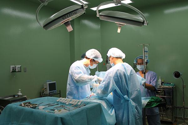 Bác sĩ mở niêm mạc tiền đình mũi một hoặc hai bên