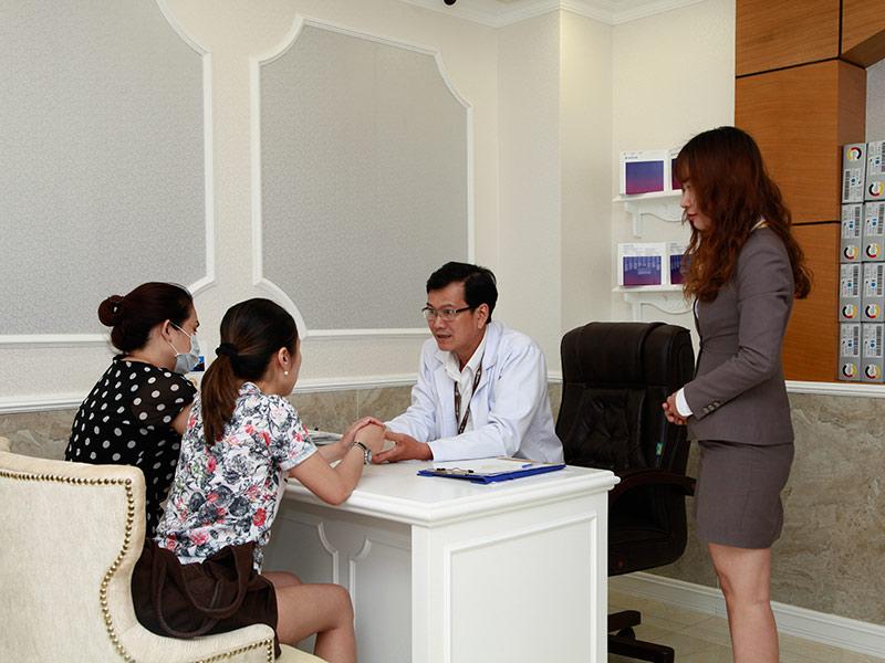Trưởng khoa vòng 1 đang tư vấn trực tiếp cho khách hàng