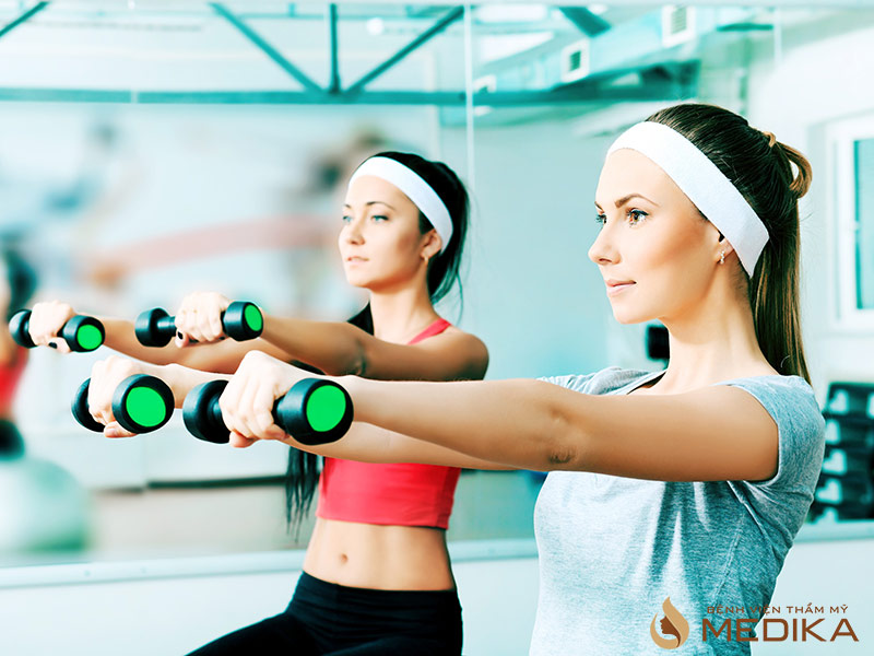 Tập luyện nâng tạ mỗi ngày để có được vòng 1 như ý