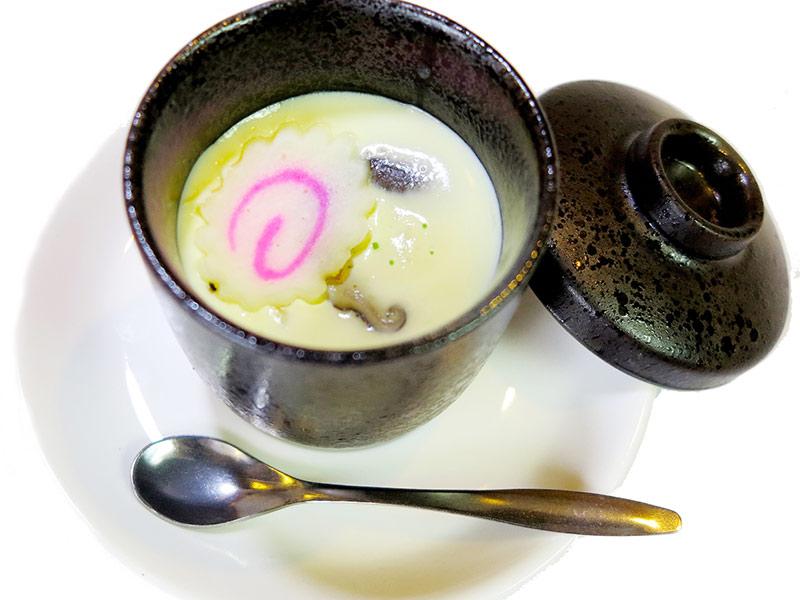 Món trứng hấp từ công thức trứng + mật ong + sữa đặc sẽ rất tốt cho vòng 1 của bạn