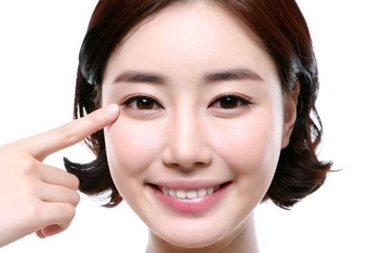 Thực hiện lấy mỡ mí mắt để lấy lại tuổi thanh xuân