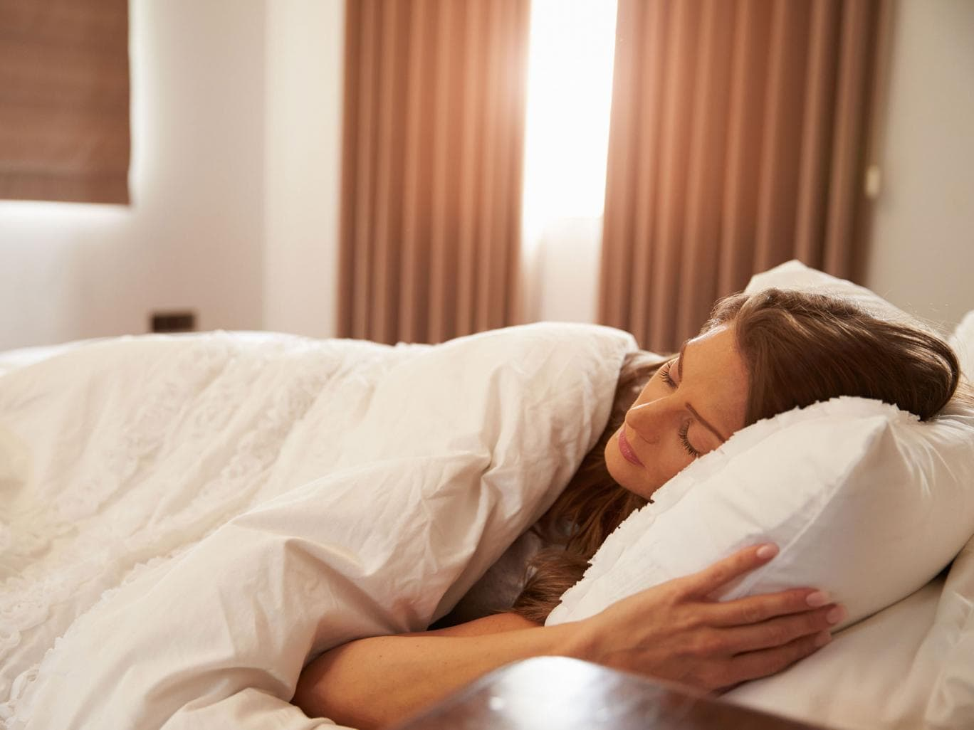 Nên nằm ngủ thẳng, để gối hơi cao để tránh mắt bị tụ máu