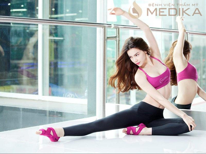 Tập thể dục như: chống đẩy, plank, tập tạ, v.v… là cách giúp vòng 1 săn chắc hơn