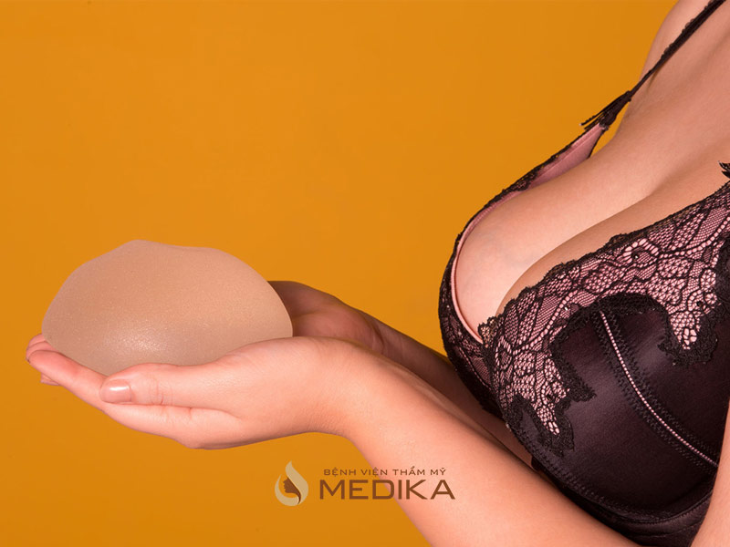 Ngực đẹp là có kích thước phù hợp, cân đối với cơ thể, không chảy xệ, dáng ngực thẳng đứng
