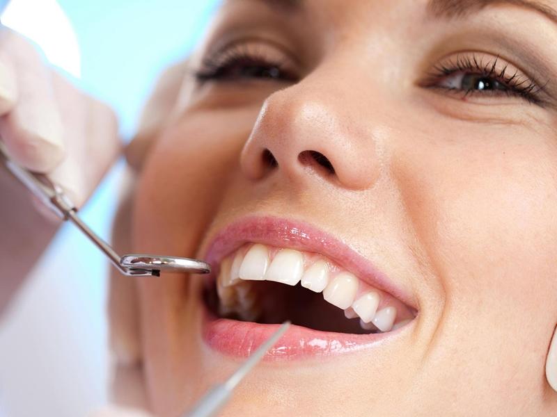 Sau khi bọc răng sứ, bạn cần tái khám định kỳ 6 tháng/lần