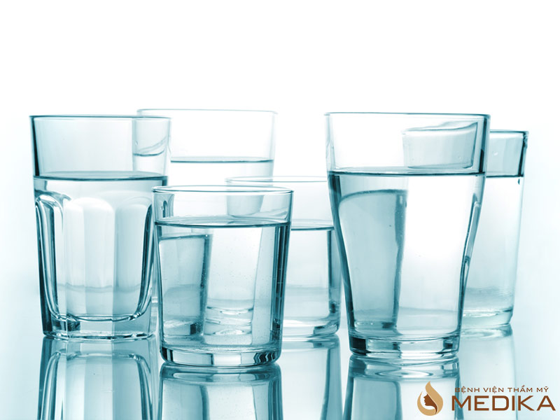 Việc cung cấp đủ nước cho da hàng ngày sẽ giúp làn da của bạn trở nên săn chắc và mịn màng hơn