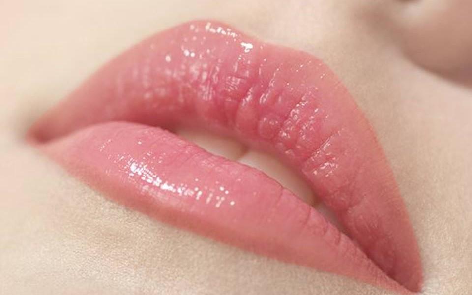 Sở hữu đôi môi căng bóng quyến rũ với phun môi pha lê