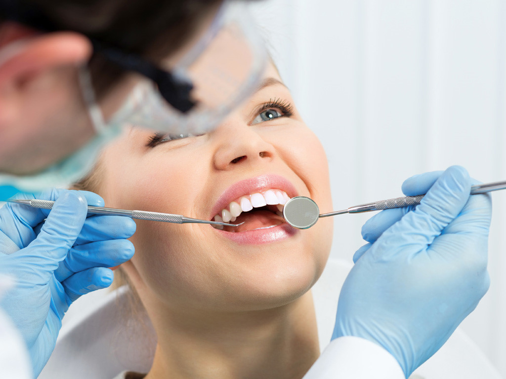 Kiểm tra răng miệng định kỳ sau khi bọc răng sứ