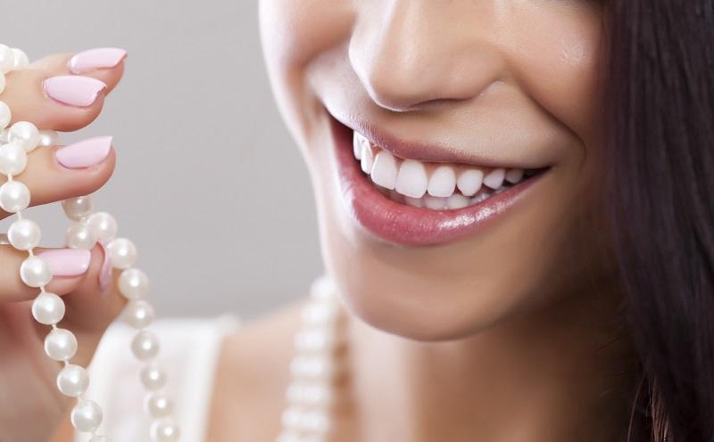 Muốn răng trắng đẹp nên chọn dán sứ hay bọc sứ?