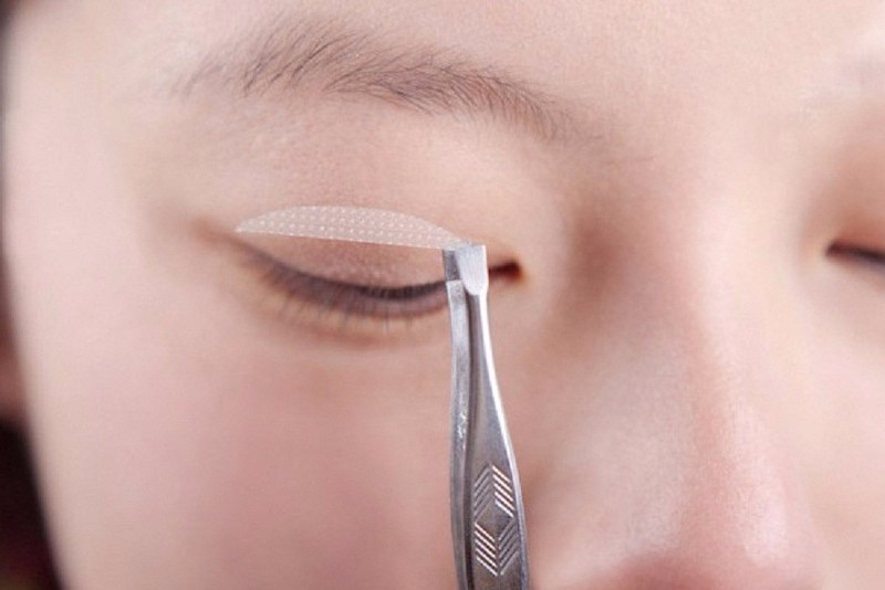 Cách tạo mắt 2 mí bằng miếng dán kích mí