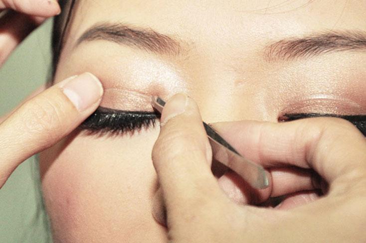 Tạo mắt to tròn bằng phương pháp miếng dán kích mí