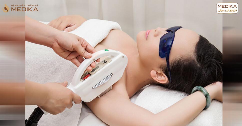 Tiến hành thực hiện điều trị thâm nách - MEDIKA.vn