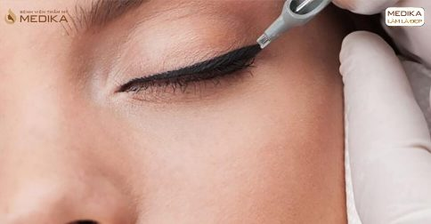 Phun mí Eyeliner có làm rụng lông mi không?