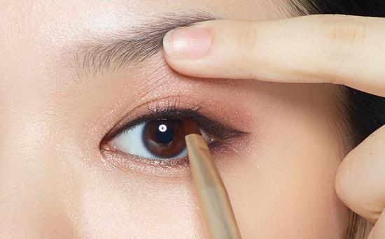 kẻ viền mí mắt giúp mắt đẹp như cắt mắt 2 mí tại MEDIKA