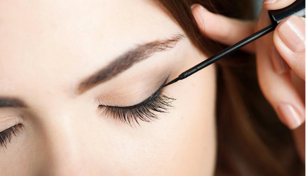 Kẻ eyeliner giúp đôi mắt to tròn hơn