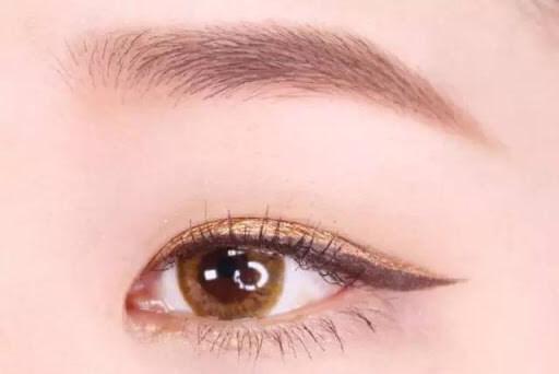 Phủ phấn mắt lên đường kẻ eyeliner