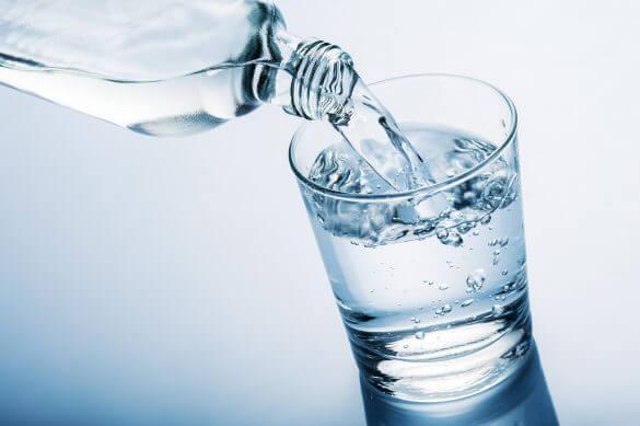 Uống đủ nước, dưỡng ẩm cho đôi mắt