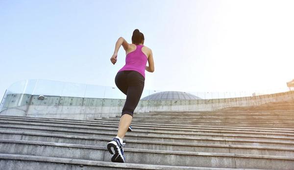 leo cầu thang cũng giúp giảm mỡ đùi hiệu quả